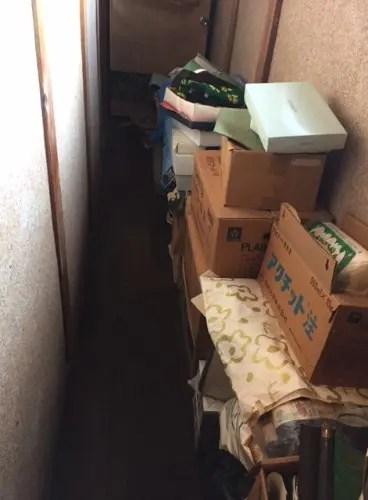 廊下にも隙間なく不用品が溢れる旧家の遺品整理サービス トリプルエス 多さkあ