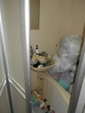 堺市のゴミだらけのワンルーム バスルームの状況