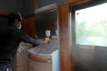 コロナウイルス感染予防対策としての洗面所の抗菌抗ウイルスコーティング施工風景