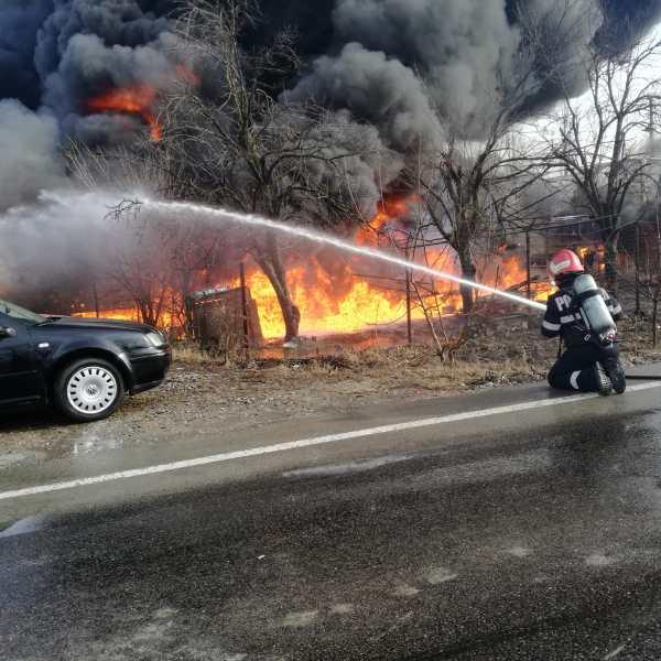 Ialomița: Incendiu însoțit de explozia unor butoaie cu motorină. Mai multe autovehicule au fost avariate