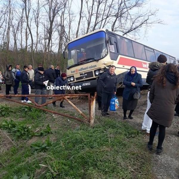 Ialomița: Autobuz cu aproape 40 de persoane implicat într-un accident rutier