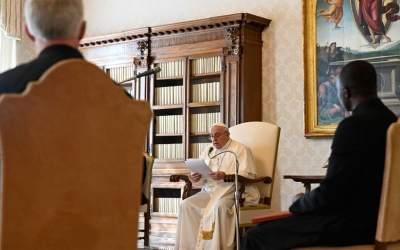 Papa Francisco | María está allí, rezando por nosotros, rezando por quien no reza, lo hace porque es nuestra Madre