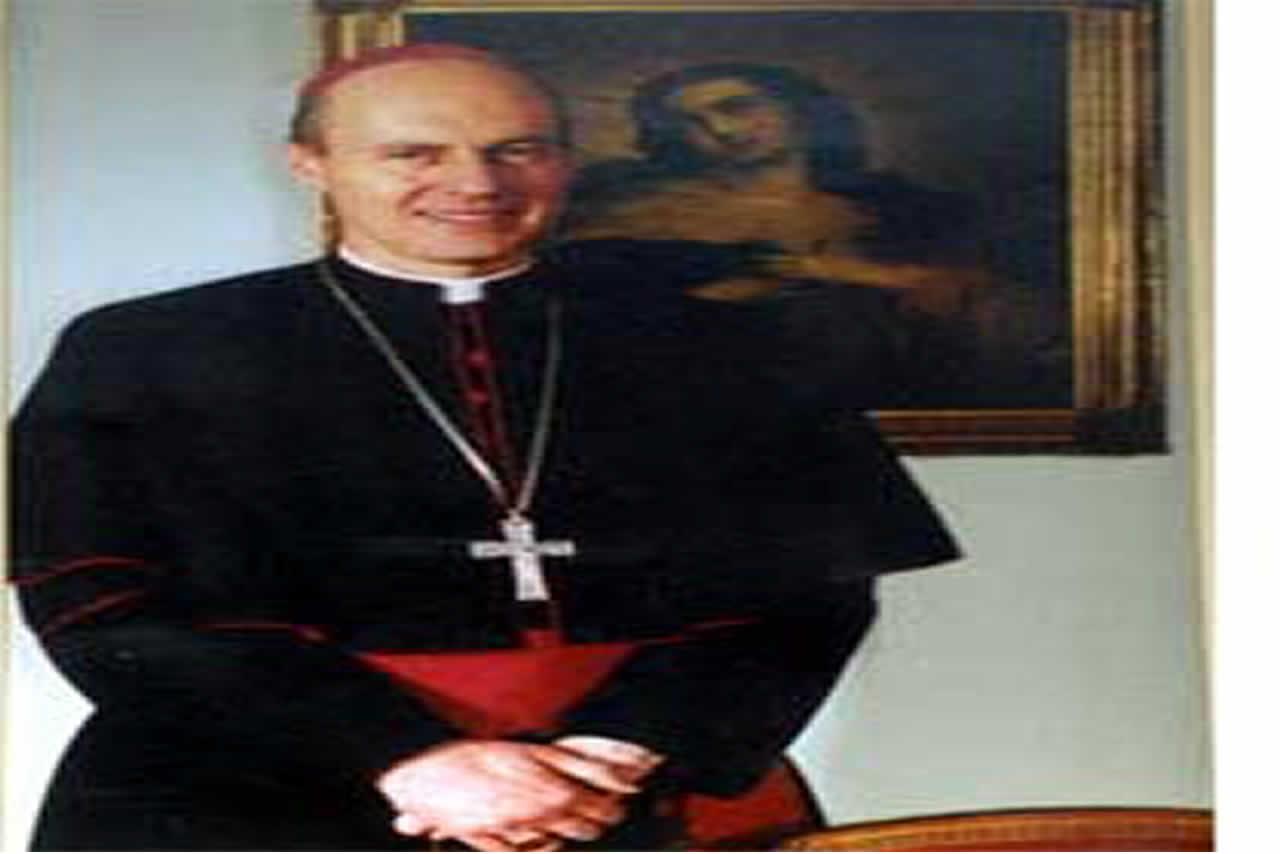 Nacido en Santiago el 19 de septiembre de 1955.Ordenado sacerdote el 14 de agosto de 1987, y elegido Obispo Auxiliar de Concepción el 27 de noviembre de 1997. Fue consagrado Obispo Titular de Bencenna por el Papa Juan Pablo II en la Basílica de San Pedro el 6 de enero de 1998. El mismo Papa lo trasladó a nuestra Diócesis el 17 de enero del 2003. Ingresó solemnemente en la catedral de Linares el 16 de marzo del 2003.