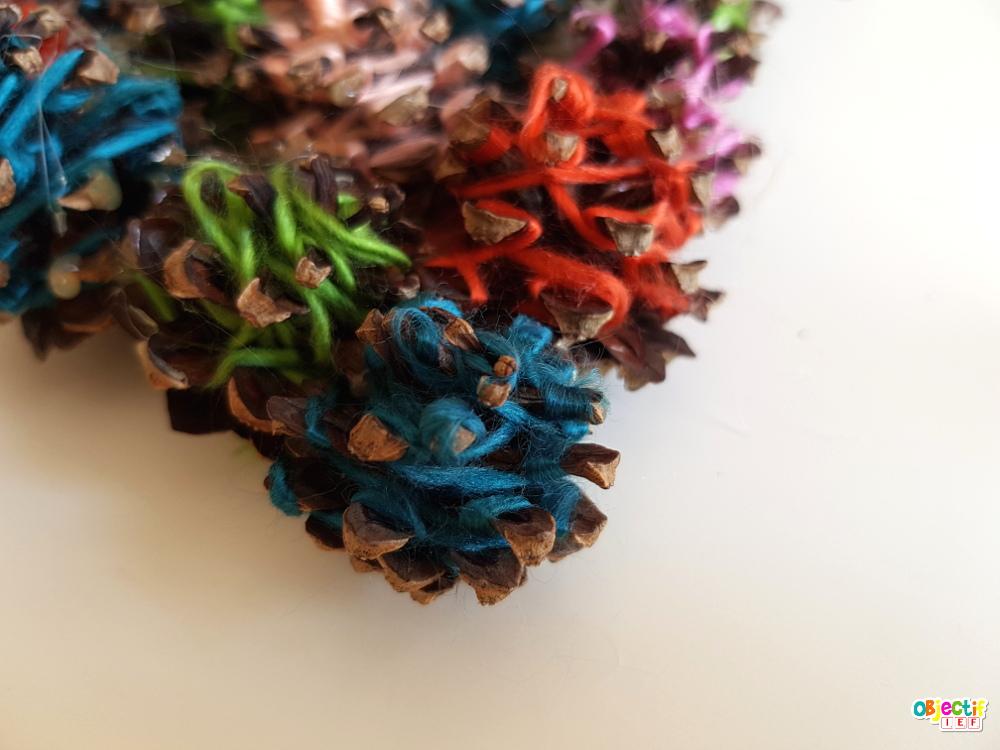 activité créative pommes de pin et laine enfant objectif ief automne