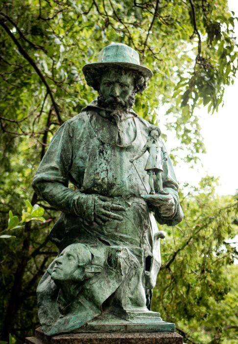 Statue Pere Lachaise 4