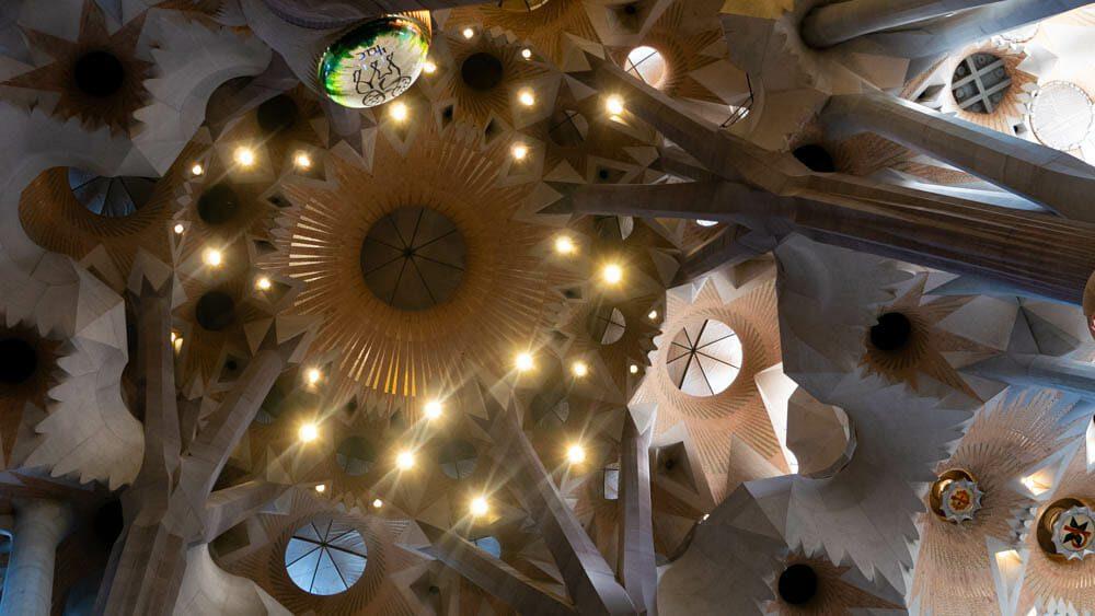 Sagrada Familia Barcelone plafond