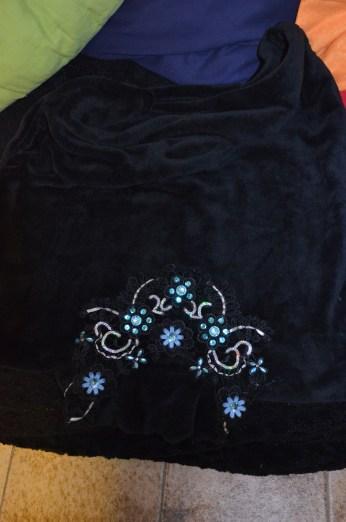 Le sous pull décoré est plié et posé en haut de la boîte, il amortira les chocs