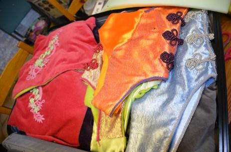 Dans le couvercle, j'installe les jupons dans un sac sous vide, puis les vestes et les gilets