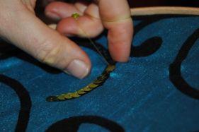 Tout l'art consiste à tenir son crochet dans la bonne direction et le fil tendu, même quand on ne le voit pas !