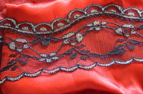 Une dentelle légère pour la tulle rouge paillée de Stéphanie
