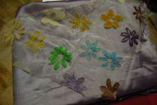 Sur le tissu de Nuray, les fleurs seront mauves et violettes