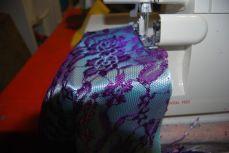 1. Fixer la dentelle sur le tissu de contraste en surjetant les grands côtés ensemble, envers contre endroit.