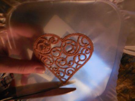 On découpe le coeur au large dans le plastique
