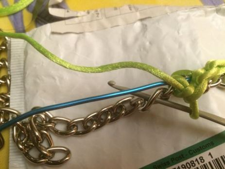 un fil d'alu est coincé sous les points de crochet pour donner une petite rigidité à l'ensemble et permettre de donner la forme que l'on souhaite donnerau collier