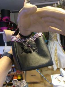 Le petit sac avec une petite fleur en déco