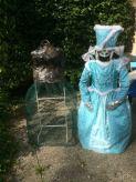 Le premier valet muet a séché, le buste recouvert de papier mâché a été peint en noir