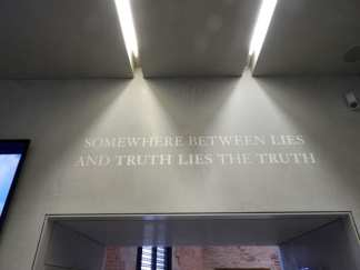 A l'entrée de l'expo, le ton et donné... Où est la vérité ou est le mensonge ?
