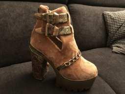 la peluche beige recouvre la chaussure