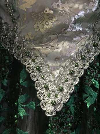 décoration du corsage avec dentelles et perles