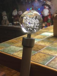 Christian a créé une pièce pour adapter une boule de barre de rideau de diamètre plus larg au diamètre de sa cane.