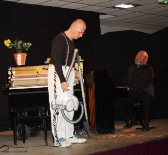 Pièce pour piano et aspirateur