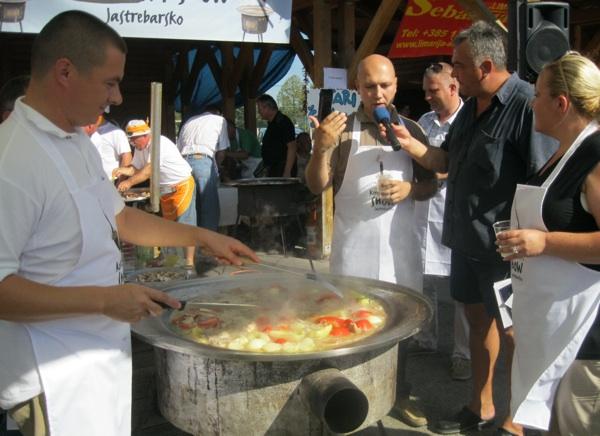 e i gradonačelnik Jastrebarskoga dohvatio kuhače (Snimio Miljenko Brezak / Acumen)
