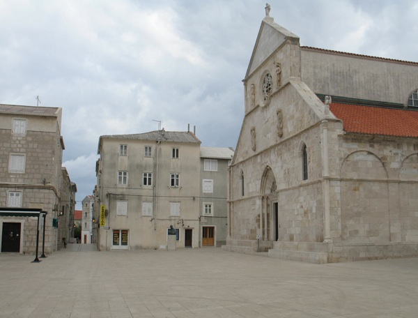 Je li kamena rozeta na crkvi na glavnome gradskom trgu nadahnuće za slavnu čipku? (Snimila Božica Brkan / Acumen)