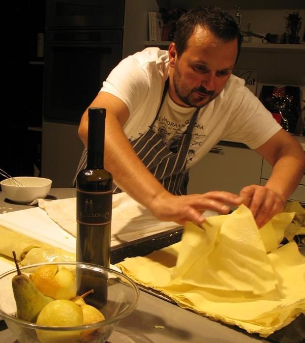 Chef Grgur Bakšić i s listovima tijesta i s voćem nježno (Snimila Božica Brkan / Acumen)