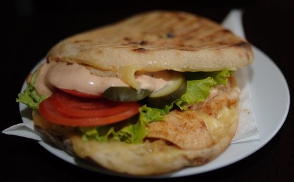 Turski tip sendviča posve novoga okusa zbog toga što je junetina ili govedina zamijenjena piletinom (Snimila Marina Filipović Marinshe / Acumen)