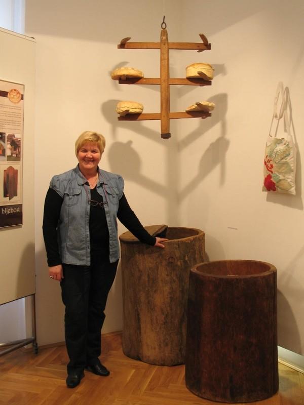 Etnologinja sa stalkom za kruh i drvneim stublima za žito (Snimila Božica Brkan / Acumen)