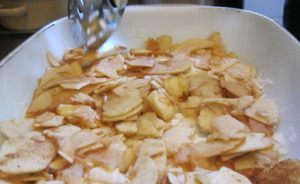 Po namašćenu dnu pospite brašnastu masu, pa jabuke, pa brašno, pa... (Snimila Božica Brkan / Acumen)