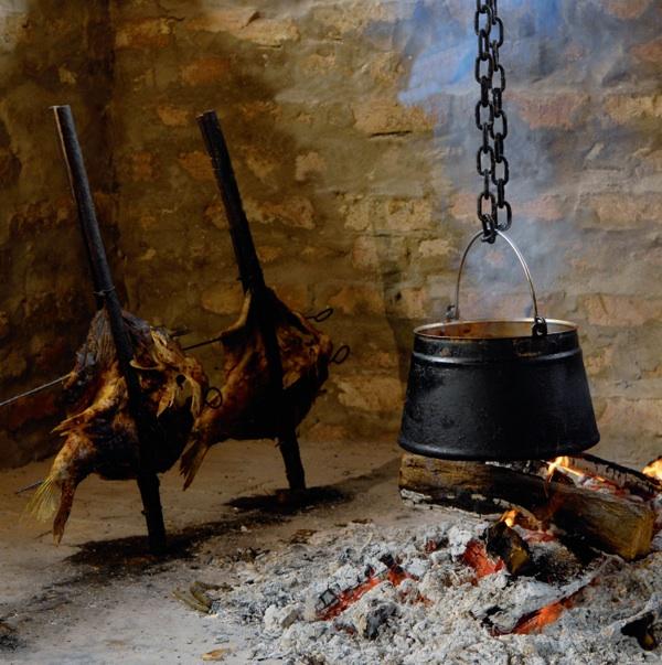 Ognjište pripremljena za šarana u rašljama, za fiš, za čobanac... (Foto Belje)