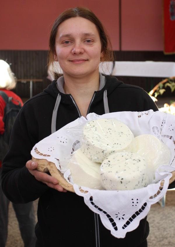 Suzana Mikanović sa svojim ekološki odnjegovanim sirevima od kojih priprema i ovaj kolač (Snimio Dražen Kopač / Acumen)