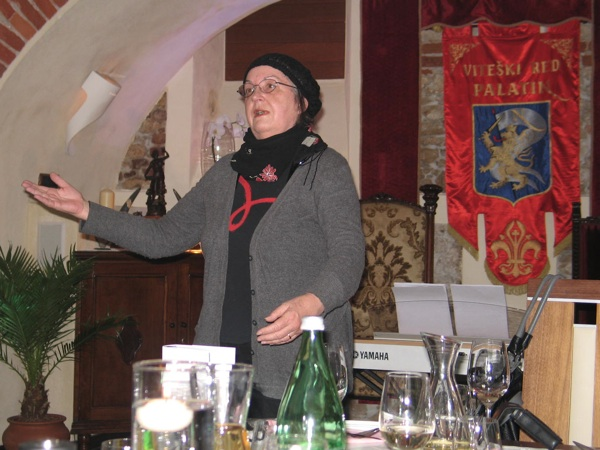 Lukšićeva u prepoznatljivoj pozi o svojoj knjizi (Snimila Božica Brkan / Acumen)
