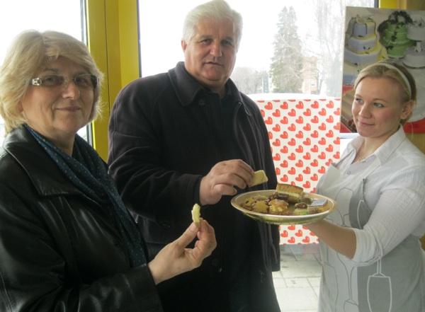 Bračni par Milka i Stipa na kušanje su stigli iz Zagreba, a kolači su slađi i zbog stevije i iz ruku šarmantne Emine iz Janice (Snimio Miljenko Brezak / Acumen)
