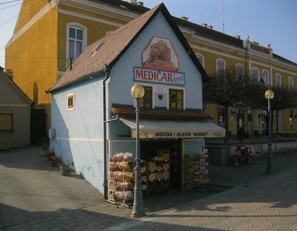 Kućica obrta Mahmet u Mariji Bistrici, osnovanoga 1900. godine: tipična zagorska, plava kao da je po starinski obojena modrom galicom, kao da je i sama izašla iz bajke, sazdana od kolačića (Snimio Miljenko Brezak / Acumen)