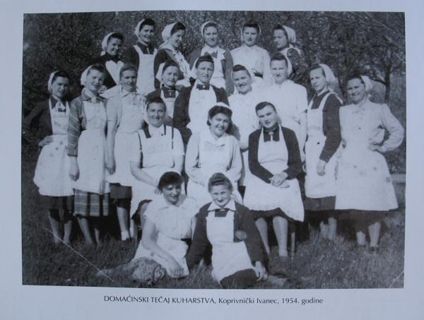 Fotografija s jednoga od tečajeva prehrane poslije Drugoga svjetskog rata (iz kataloga izložbe Slastice u Koprivnici)
