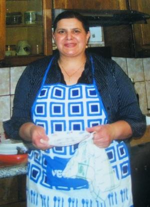 Bila Bilić u kuhinjskome okružju (Fotografija iz obiteljskoga albuma)