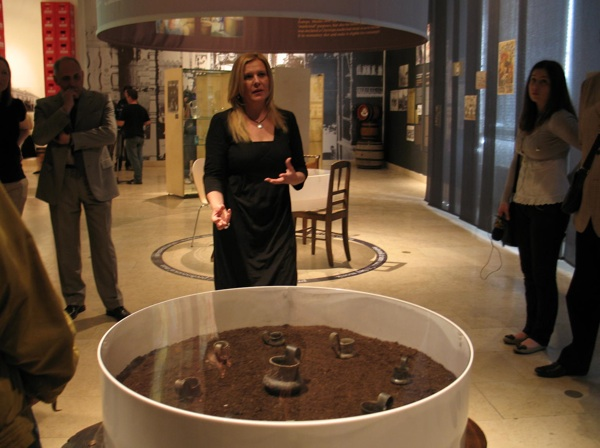 Autorica izložbe s vučedolskim dokazima o varenju i pijenju piva (Snimila Božica Brkan / Acumen)