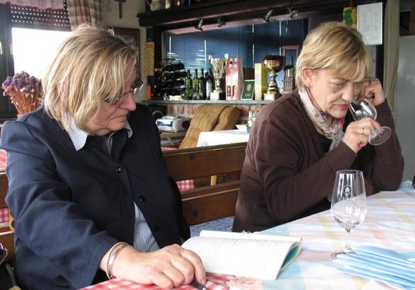 Dio komisije Hrvatske obrtničke komore: etnologinja Nives Rittig Beljak i enologinja Stanka Herjavec  (Snimila Božica Brkan / Acumen)