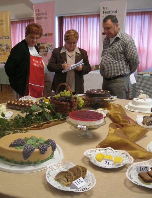 Troje članova ocjenjivačkoga suga u ocjenjivanju torti (Snimio Miljenko Brezak / Acumen)