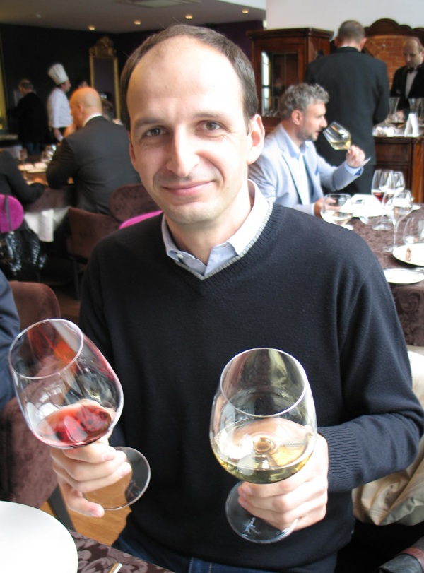 Saša Špiranec sa svojim zagorskim vinskim izborom: bijelim Bolfanom i crnim Mežnarićem (Snimila Božica Brkan / Acumen)