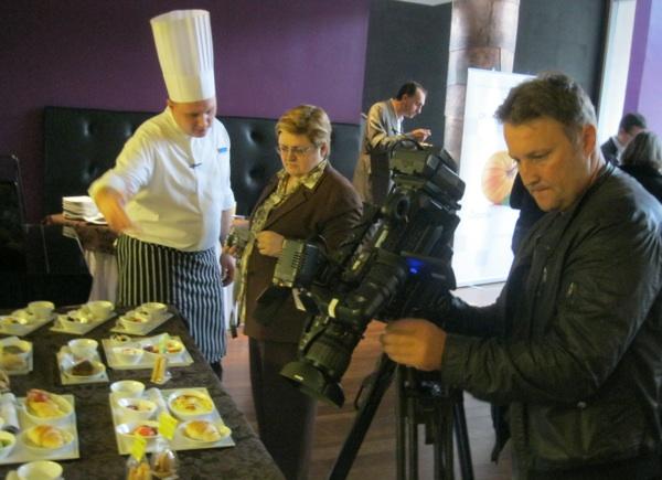 Imam čast da mi chef Kožić za Oblizeke tumači što je, kako i zašto osmislio za zagorske Okuse Hrvatske Croatije Airlines (Snimio Miljenko Brezak / Acumen)
