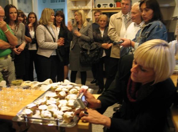 Mnogu su poput Ankice Bešter, direktorice ivanićkgradskog Turističkog ureda i šefice tamošnje Bučijade poželjeli ovjekovječiti nove delikatese s bučinim uljem (Snimila Božica Brkan / Acumen)