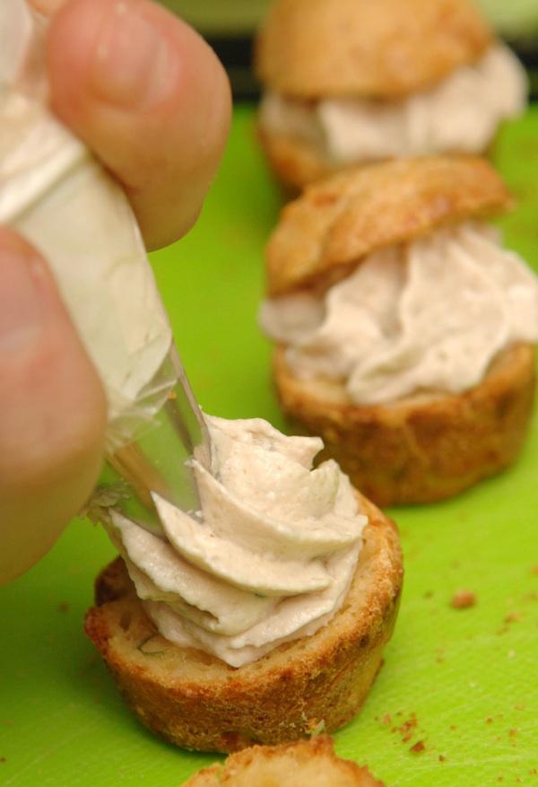 """Ako nemate """"špricu"""" odnosno """"dresirku"""", muffine namazom napunite jednostavno žličicom (Snimio Mišo Lišanin / Acumen)"""