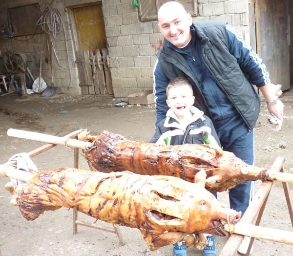 S koljena na koljeno: Rudolfov sin Goran sa sinčićem ??? čekaju da se odojci ohlade (Snimio Stipa Bunjevac / Acumen)