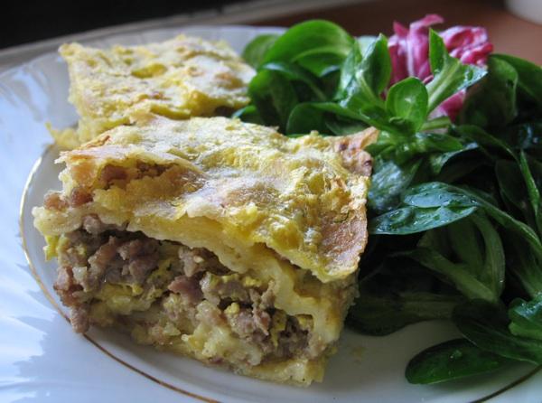 Pita od mesa s minerlanom vodom ili sodali burek pripravan za kušanje (Snimila Božica Brkan / Acumen)