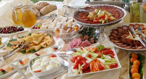 Dio stola s tzv. narodnim doručkom, kakav su promovirali zagrebački gradski oci prije šest-sedam godina (Snimio Renato Branđolica)