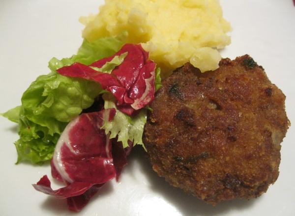 Faširanac poslužen najtradicionalnije, sa pire krumpirom i svježim salatom (Snimio Miljenko Brezak / Acumen)