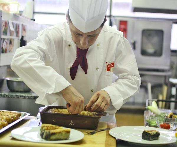 Chef Damir Crleni reže trnovečku prostu (Snimio igor Sitar / Blue studio / Acumen)